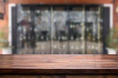 fond de vinothèque avec l'espace libre pour votre verre de bouteille Images libres de droits