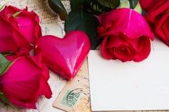 Fond de vintage avec des coeurs et des roses image stock