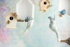 Fond de vintage avec des oiseaux de jouet Photos stock