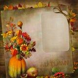 Fond de vintage avec la carte, bouquet des feuilles d'automne et baies dans un vase de potiron Images libres de droits