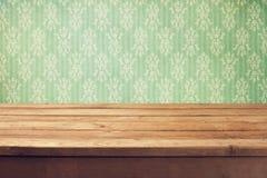 Fond de vintage avec la table en bois de plate-forme et le papier peint classique Photos libres de droits