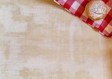Fond de vintage avec le beignet sur la serviette à carreaux rouge rustique Image libre de droits