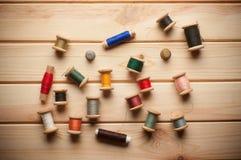 Fond de vintage avec le kit de couture fil de bobines Photo libre de droits