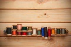 Fond de vintage avec le kit de couture fil de bobines Image stock