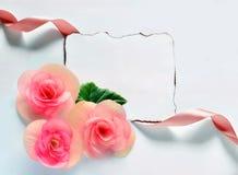 Fond de vintage avec le papier-cadre et fleurs pour des félicitations Photos libres de droits