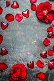 Fond de vintage avec les coeurs et les pétales de rose rouges, vue supérieure, cadre Carte de jour de Valentines Photos stock