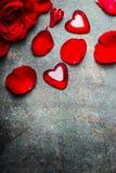 Fond de vintage de jour de valentines avec les roses rouges, les pétales et le coeur, vue supérieure, frontière Images libres de droits