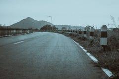 Fond de vintage de route, pierre de kilomètre sur la route Image libre de droits