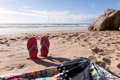 Fond de voyage avec des bascules électroniques de paires dans le sable Photo libre de droits