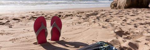 Fond de voyage avec des bascules électroniques de paires dans le sable Images libres de droits