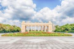 Fond Defocused avec la porte d'entrée principale du parc de Gorki, Moscou, Russie Photos stock