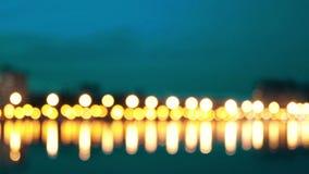 Fond Defocused de vue de ville de rive Nuit sur le bord de mer de ville Réflexion de rangée de réverbères dans l'eau clips vidéos