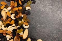 Fond des ?crous - noix de p?can, macadamia, noix du br?sil, noix, amandes, noisettes, pistaches, anarcadiers, arachides, pignons  photos stock