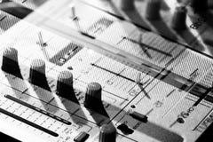 Fond des éléments de détails et commutateurs d'un keyp musical du DJ illustration stock