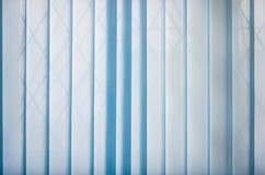 Fond des abat-jour bleus fermés de verticale Image libre de droits