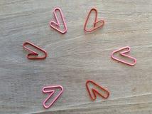 Fond des agrafes et du blanc de coeur pour la valentine Photographie stock