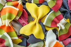 Fond des arcs multicolores de pâtes et barré Foyer sélectif Le cadre horizontal Photographie stock libre de droits