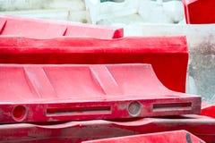 Fond des barrières en plastique rouges et blanches du trafic images libres de droits