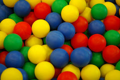 Fond des billes en plastique colorées à la cour de jeu Photos stock