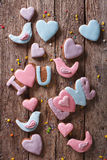 Fond des biscuits de pain d'épice d'amour Vue supérieure verticale Photos stock