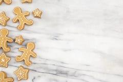 Fond des biscuits de pain d'épice de vacances sur un compteur de marbre photographie stock