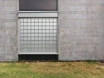 Fond des blocs en verre et du mur de pierres de granit Photographie stock