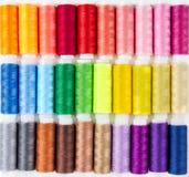 Fond des bobines avec le fil multicolore Images libres de droits