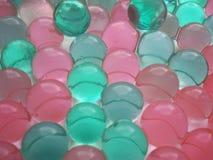 Fond des boules brillantes roses et vertes Images stock
