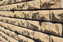Fond des briques de revêtement jaunes Fin de vue de côté  Images stock