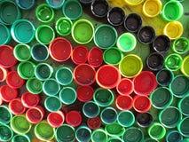 Fond des capsules colorées en plastique Contamination avec les déchets en plastique Environnement et équilibre écologique Art d'o photographie stock