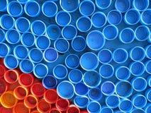 Fond des capsules colorées en plastique Contamination avec les déchets en plastique Environnement et équilibre écologique Art d'o image libre de droits