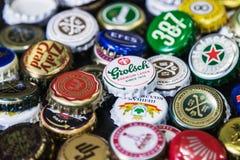 Fond des chapeaux de bouteille à bière, un mélange de diverses marques globales Photo libre de droits