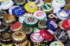 Fond des chapeaux de bouteille à bière, un mélange de diverses marques globales Photos libres de droits