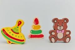 Fond des chiffres en bois color?s du jouet des enfants pour des enfants sur un fond clair plan rapproch? vertical de vue photographie stock