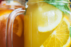 Fond des cocktails froids frais dans des pots Photographie stock libre de droits