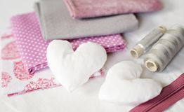 Fond des coeurs blancs de textile et les outils et les accessoires de couture dans rose - image photographie stock