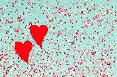 Fond des coeurs colorés avec deux coeurs rouges Photos stock