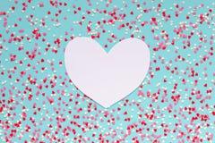 Fond des coeurs colorés avec le coeur de papier pour le texte Photos stock