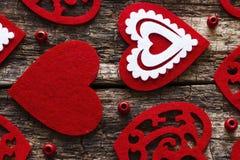 Fond des coeurs rouges sur le fond en bois Images libres de droits