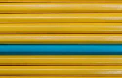 Fond des crayons jaunes et d'un différents Concept d'individualité Photo stock