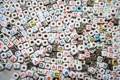 Fond des cubes colorés avec des lettres Photographie stock
