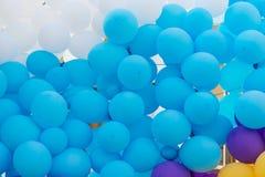 Fond des décorations colorées de vacances de ballons photographie stock libre de droits