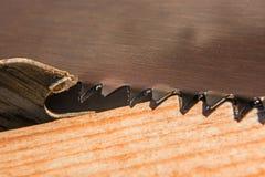 Fond des dents de deux scies et conseils différents macro photos stock
