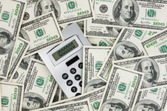 Fond des factures de $ 100 et d'une calculatrice Photographie stock