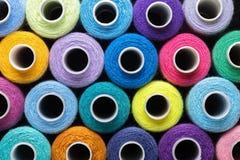 Fond des fils de couture dans différentes couleurs rose, bleu, vert et rouge Concept de passe-temps et fait main Images libres de droits