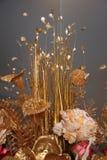Fond des fleurs artificielles d'or Images libres de droits