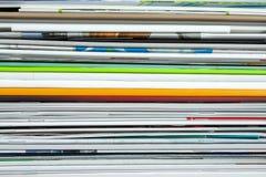 Fond des magazines empilées, brochures, carnets, catalogues photographie stock libre de droits