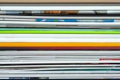 Fond des magazines empil?es, brochures, carnets, catalogues image libre de droits