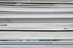 Fond des magazines empil?es, brochures, carnets, catalogues photo libre de droits