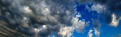 Fond des nuages orageux foncés en ciel bleu images stock